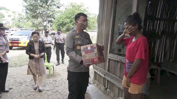 Video, Tangis Warga Terdampak Pandemi Covid-19  Saat Terima Bantuan Sembako dari Kapolres Belu
