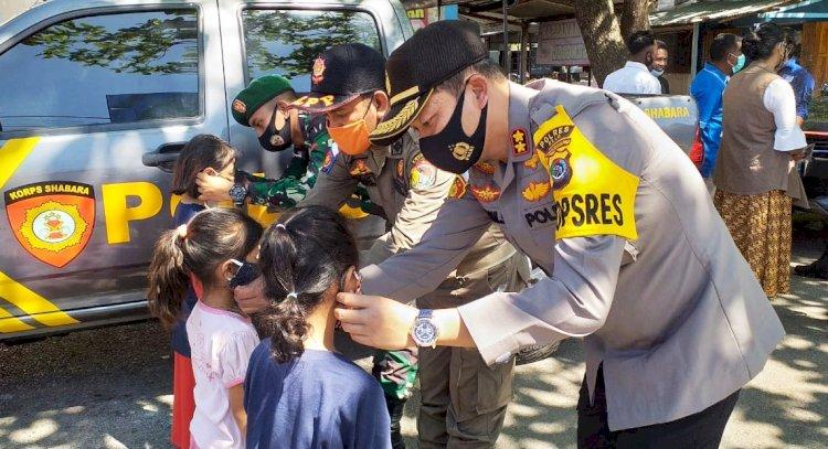 Turun Berskala Besar, Polres Belu Bareng Inskait Kampanye 3 M dan Bagikan 500 Masker Secara Gratis untuk Masyarakat