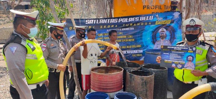 Tutup Ops Zebra 2020, Sat Lantas Polres Belu Bagi Air Bersih untuk Masyarakat Kampung Jokowi