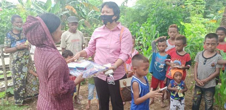 Dukung Minat Baca dan Tulis Anak-anak, Atase Polri KBRI Dili Serahkan Sarana Kontak untuk Perpustakaan Mini Bhabinkamtibmas