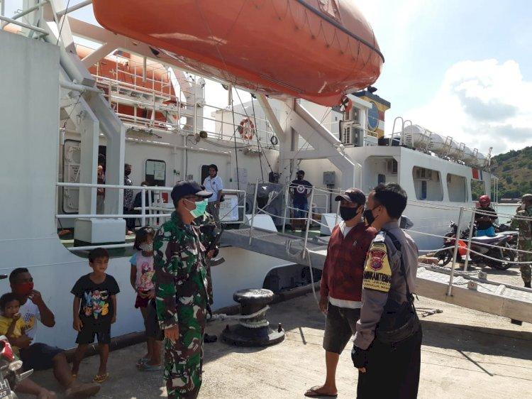 Patroli di Pelabuhan, BRIPKA Narto bersama Babinsa Atapupu Imbau Masyarakat Patuhi Prokes Selama Pandemi