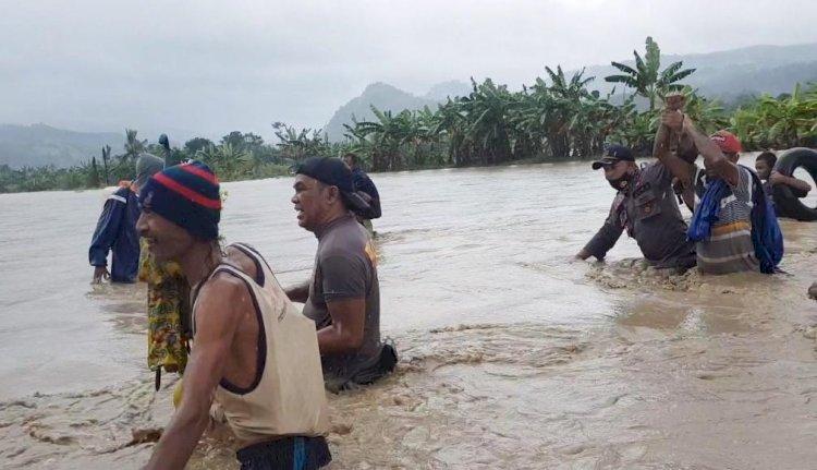 Polsek Raihat Selamatkan Delapan Warga yang Terjebak Banjir di Sawah, Dua Diantaranya Balita