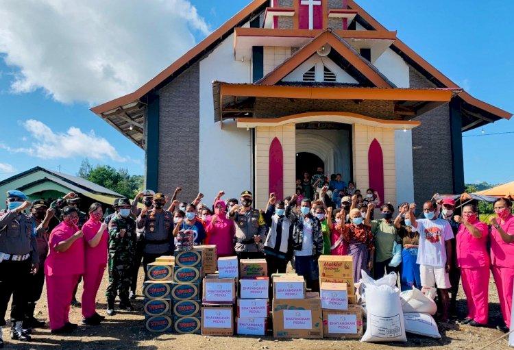 Kunjungi Lokasi Pengungsian di Tasain, Polres Belu dan Bhayangkari Salurkan Bantuan untuk Korban Banjir Bandang