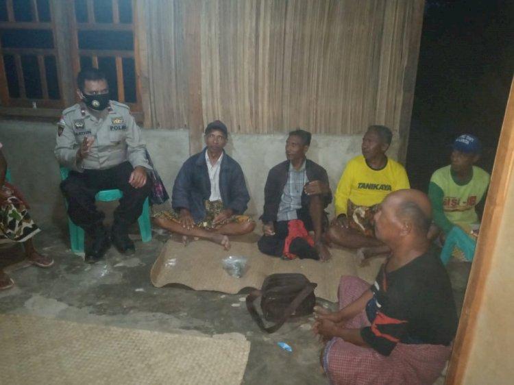 Patroli Malam, Anggota Polsek Raimanuk Imbau Masyarakat Jaga Kamtibmas dan Patuhi Prokes di Tengah Pandemi
