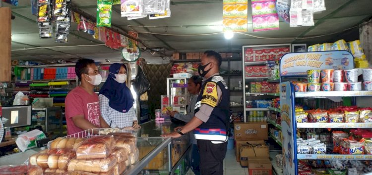 Sambang Warga, Bhabinkamtibmas Naitimu Minta Pemilik Toko Disiplin Terapkan Prokes Covid-19