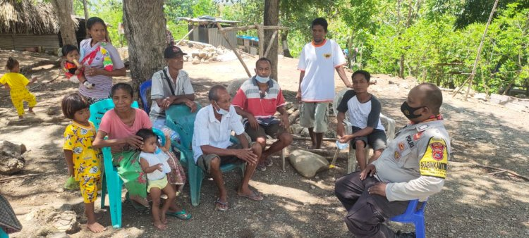 Turun ke Desa Pantauan, Bhabinkamtibmas Naekasa Tegur Warga Tidak Pakai Masker Saat Ngumpul