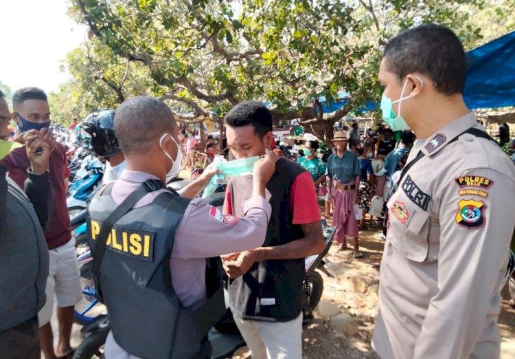 Dukung PPKM, Polsek Tasifeto Timur Bareng TNI dan Dinkes Turun ke Pasar Imbau Prokes dan Bagi Masker untuk Masyarakat