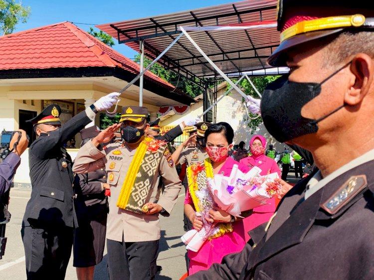 Injakkan Kaki di Tempat Tugas, Pejabat Baru Kapolres Belu dan Istri Disambut Tradisi Pedang Pora