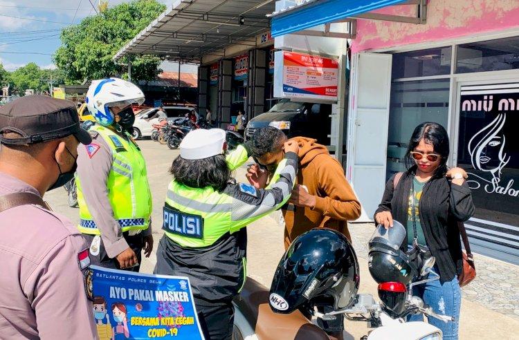 Razia Ops Patuh 2021, Anggota Polres Belu Periksa Surat Kendaraan dan Bagi-bagi Masker untuk Pengendara