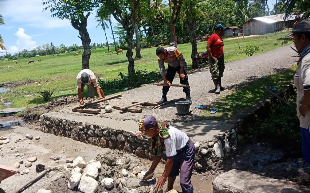 Bhabinkamtibmas Kamanasa Bareng Warga Binaannya Gotong Royong Perbaiki Saluran Drainase
