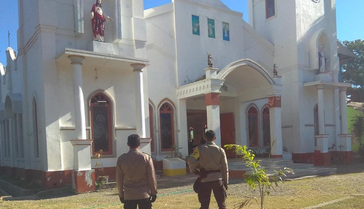 Jamin Kenyamanan Umat Saat Beribadah, Polsek Lamaknen Turun ke Gereja Amankan Misa Kenaikan Isa Almasih