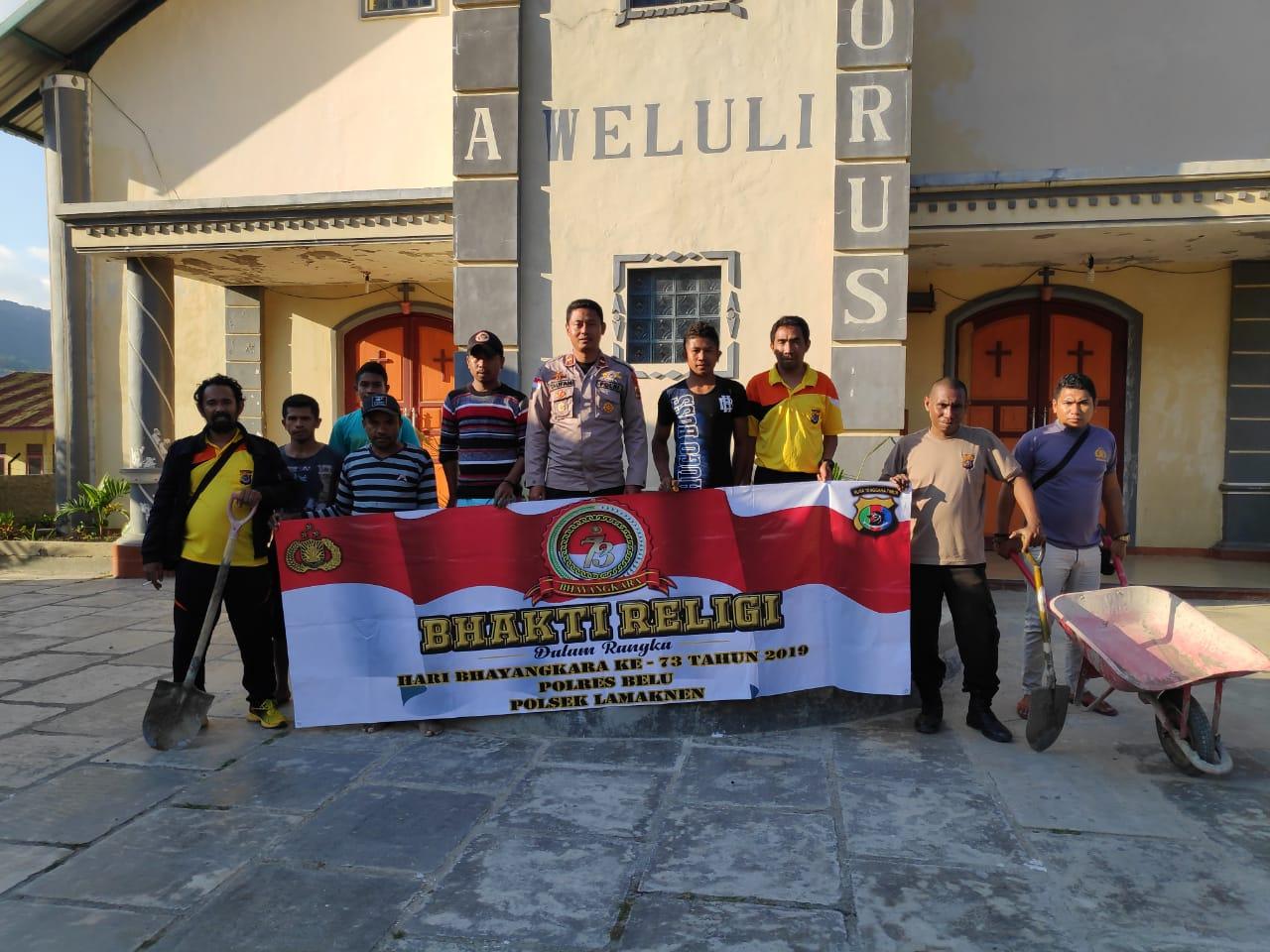 Bakti Religi di HUT Polri ke 73, Aparat Polsek Lamaknen Bersih-bersih di Kompleks Gereja St.Theodorus Weluli
