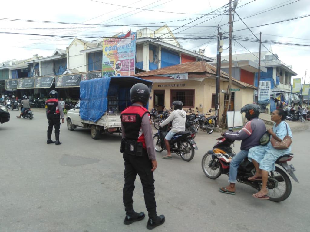 Sambil Patroli, Anggota Turjawali Sabhara Polres Belu Atur Lalu Lintas di Kompleks Pasar Baru Atambua