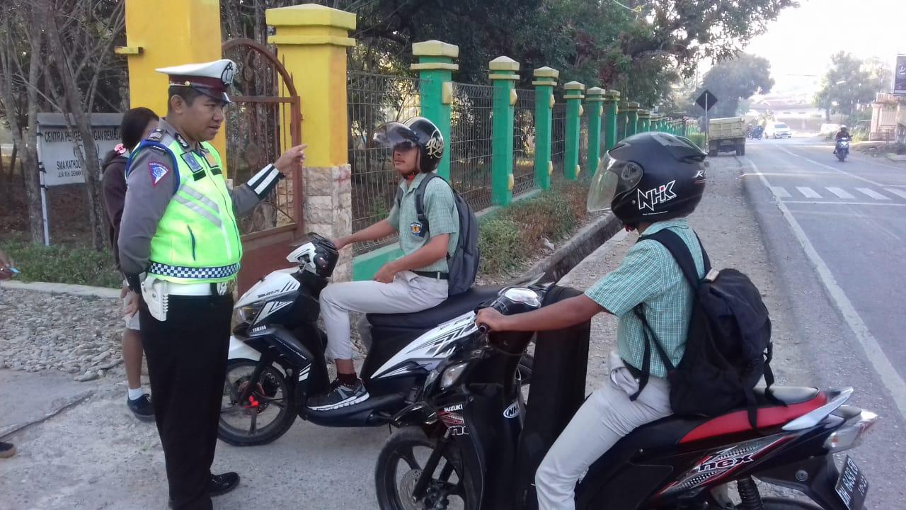Atur Lalin di Depan Sekolah, Sat Lantas Polres Belu Larang Pelajar yang Tidak Punya SIM Pakai Motor ke Sekolah