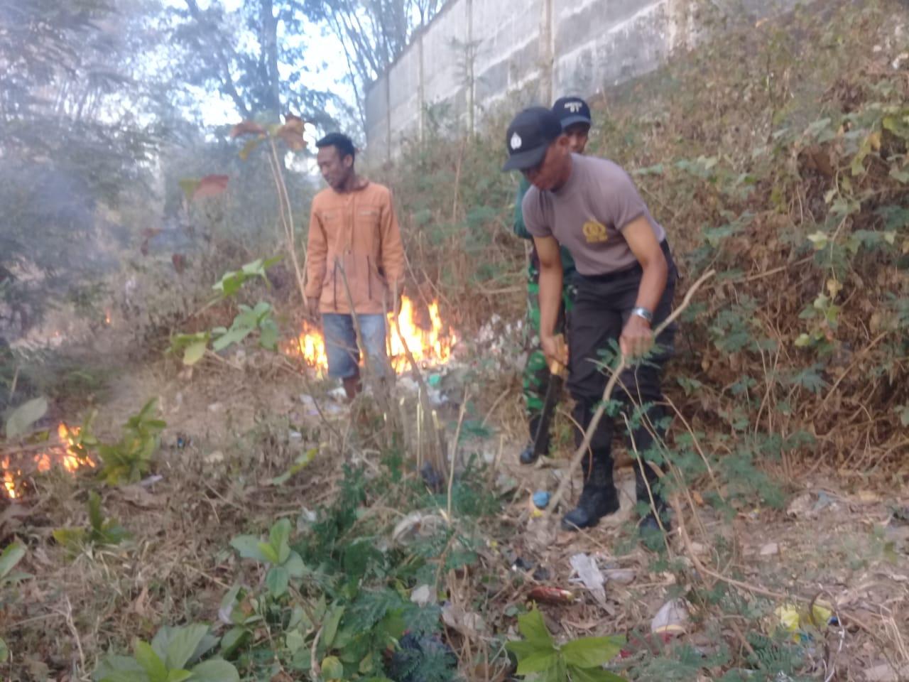 HUT RI ke 74, BRIPKA Stef Lendu Ikut Gotong Royong Bersihkan Sampah di Kali Mati Hotel Timor