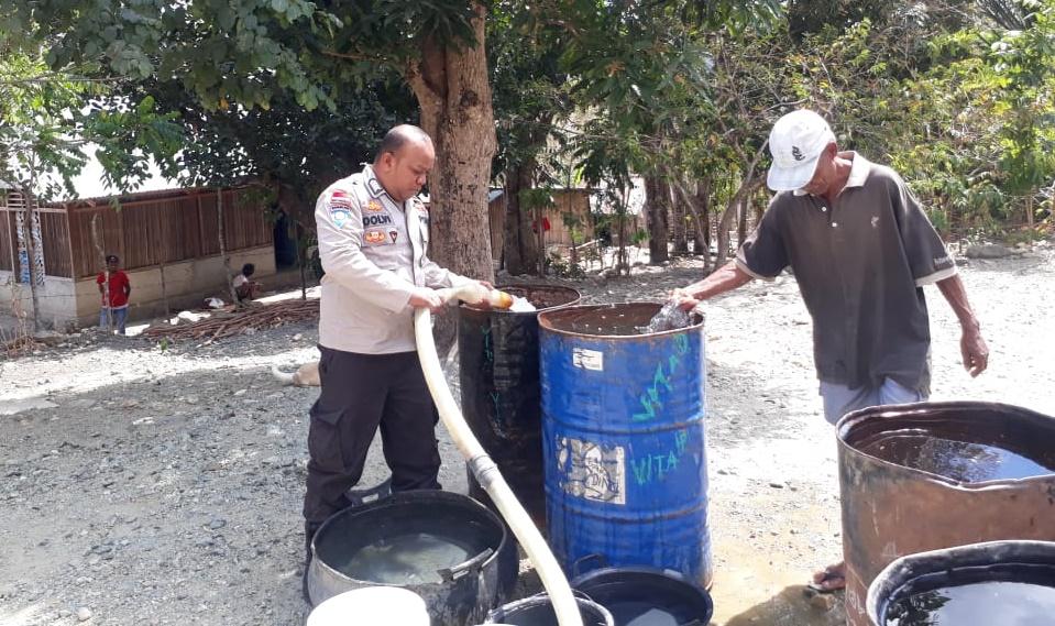 BRIPKA Dolfi Koli Turun ke Desa Pantauan, Kawal Penyaluran Air Bersih untuk Warga Berkase