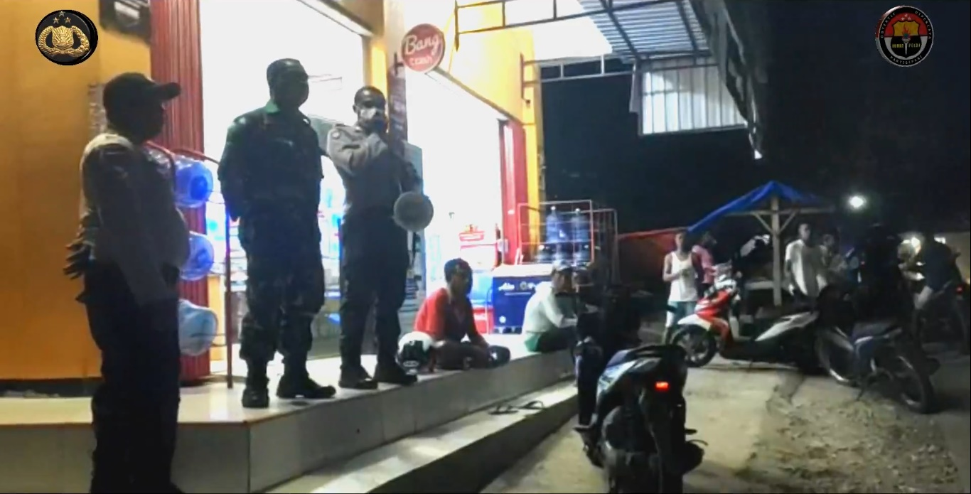 Cegah Penyebaran Virus Corona, Anggota Polsek Tasifeto Barat Turun ke Jalan beri Imbauan Kamtibmas