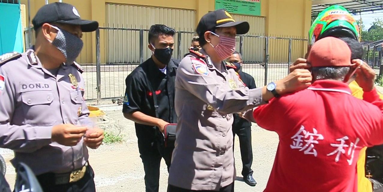 Turun ke Jalan, Sat Binmas Polres Belu Bareng Pendeta dan Jemaat Gereja Anugerah Haliren Bagi-bagi Masker untuk Warga