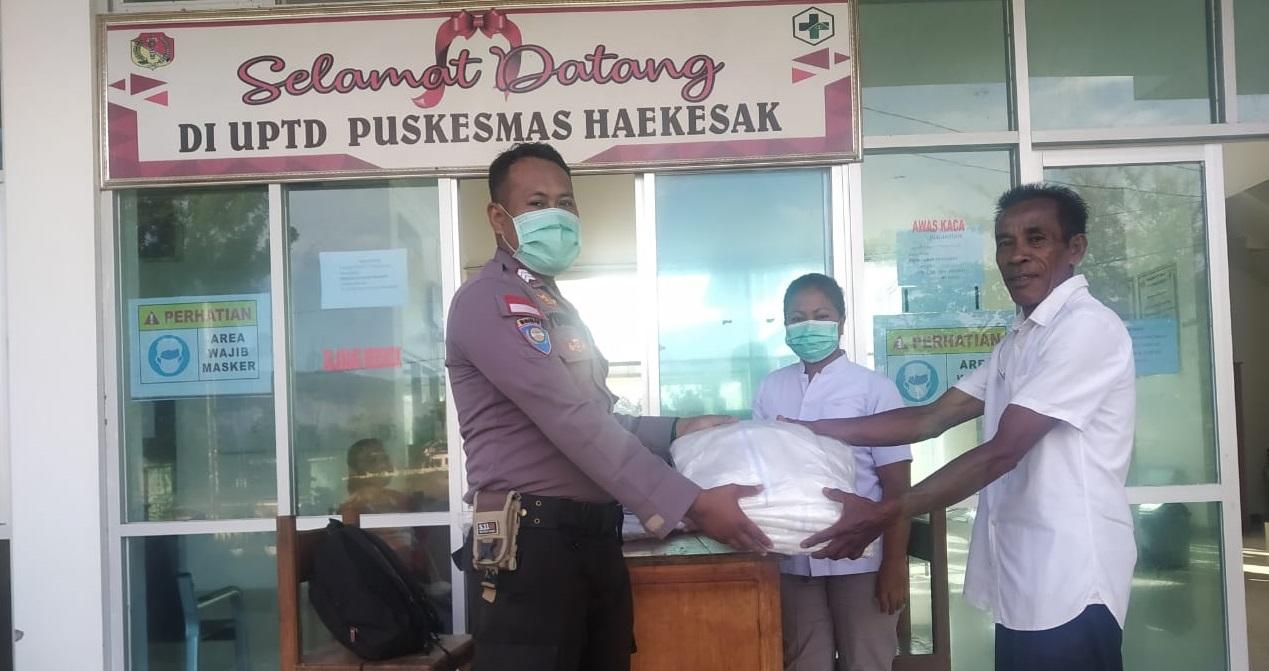 Sisihkan Gajinya, Bhabinkamtibmas Polsek Raihat Sumbang APD untuk Tenaga Medis