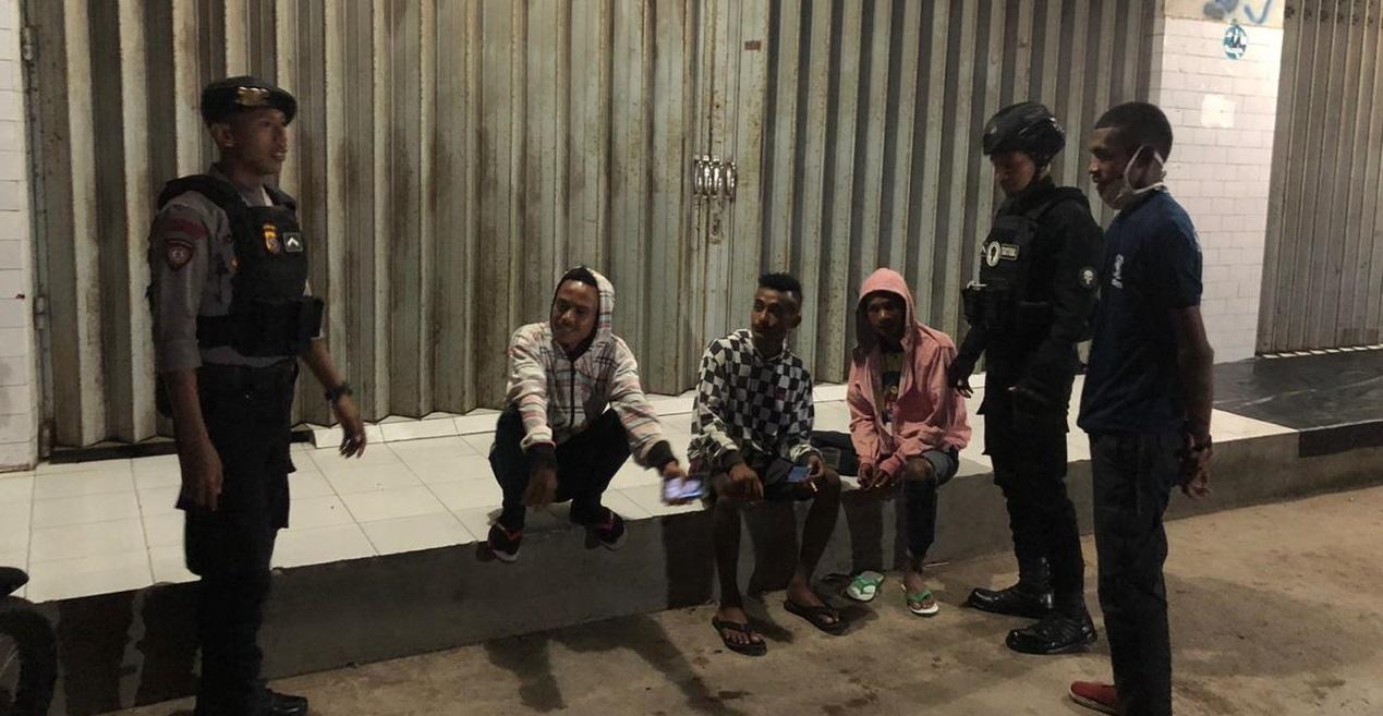 Patroli Malam, Anggota Dalmas Polres Belu Imbau Sekelompok Pemuda